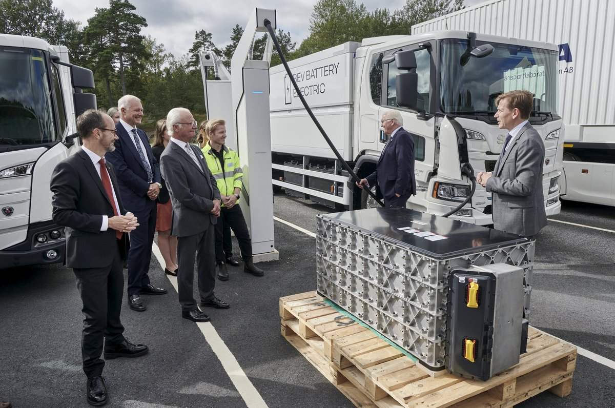 Yesterday, we were honored to be joined by King Carl XVI Gustaf and Germany's President, Frank Walter Steinmeier, at a visit to @ScaniaGroup in Södertälje to attend a meeting on the emerging northern value chain for electric transport, together with @H2GreenSteel. https://t.co/yAQ8G8fZKE