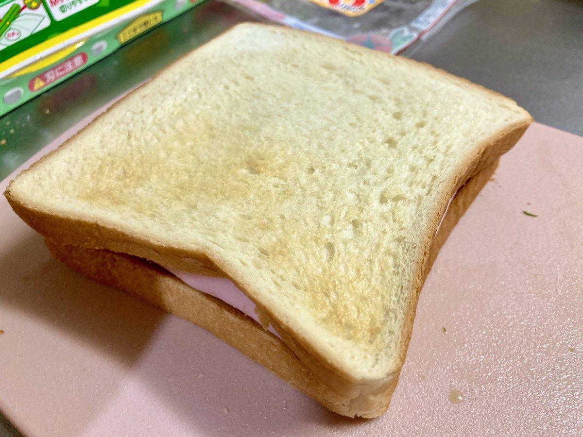 この発想はすごい!食べるときに具がこぼれてしまうのを防げるサンドイッチの作り方が話題に!
