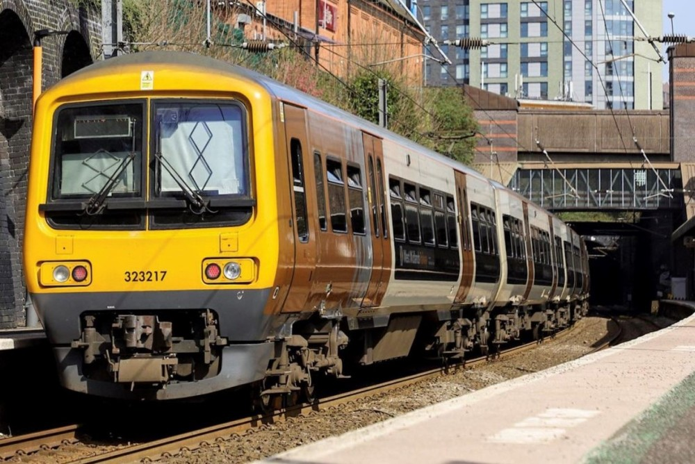 Update: @WestMidRailway passengers are being warned that the north end of the Cross City Line between #Birmingham and #Lichfield will remain closed all day while @NetworkRailBHM engineers repair damaged overhead wires. Details: https://t.co/jpLXJ6QDNh https://t.co/xaCx1HtPGl