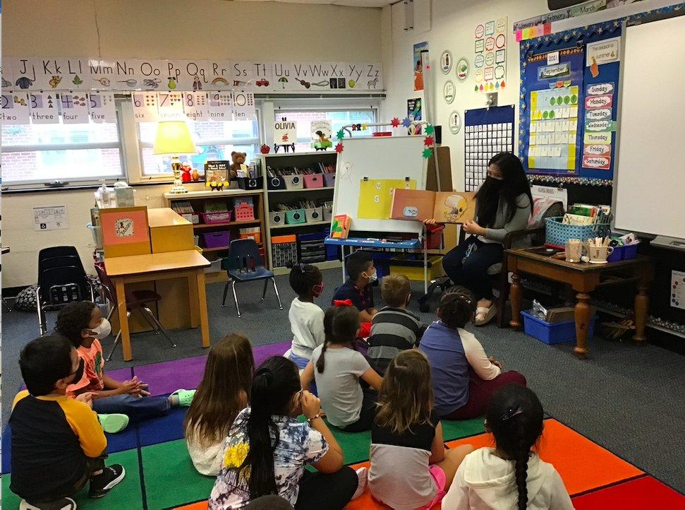 今天我們117室的幼兒園學生有一位訪客來給我們朗讀。 謝謝韓校長 #KWBPride #APSBack2School https://t.co/2vNw2WpjZt