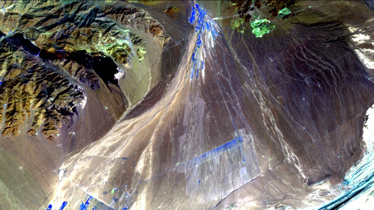 #Sentinel 2 (April 2016). SWIR2-SWIR1-NIR, 23 km wide. #Bare #Land in #Ghafurov, #SughdRegion, #Tajikistan at 421-1812 m elevation. #earthengine #geography @earthoutreach @CopernicusEU @ESA_EO  https://t.co/q0btFEzyqJ