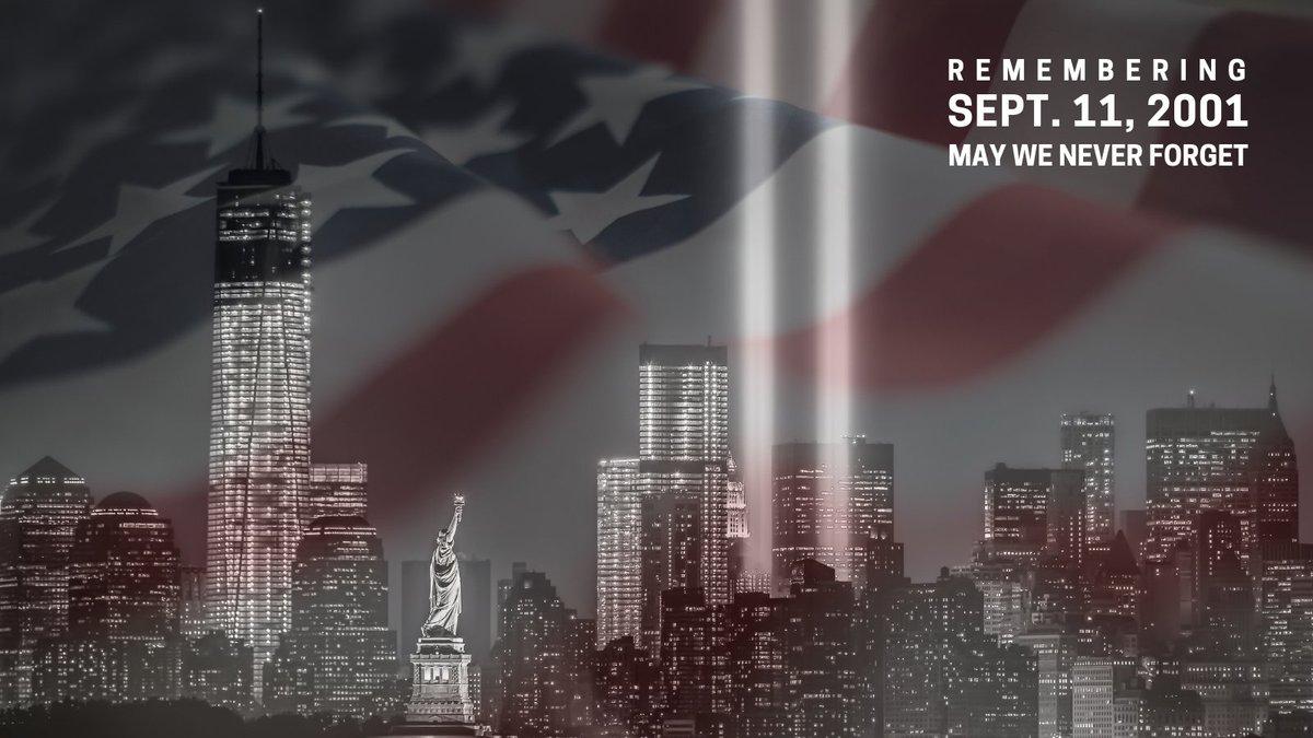 """Horizonte de Nueva York con luces verticales que representan el lugar en el que se encontraban las Torres Gemelas, con la bandera de los Estados Unidos superpuesta. En la esquina superior derecha, el texto en blanco dice: """"Recuerde el 11 de septiembre de 2001. Que nunca olvidemos""""."""