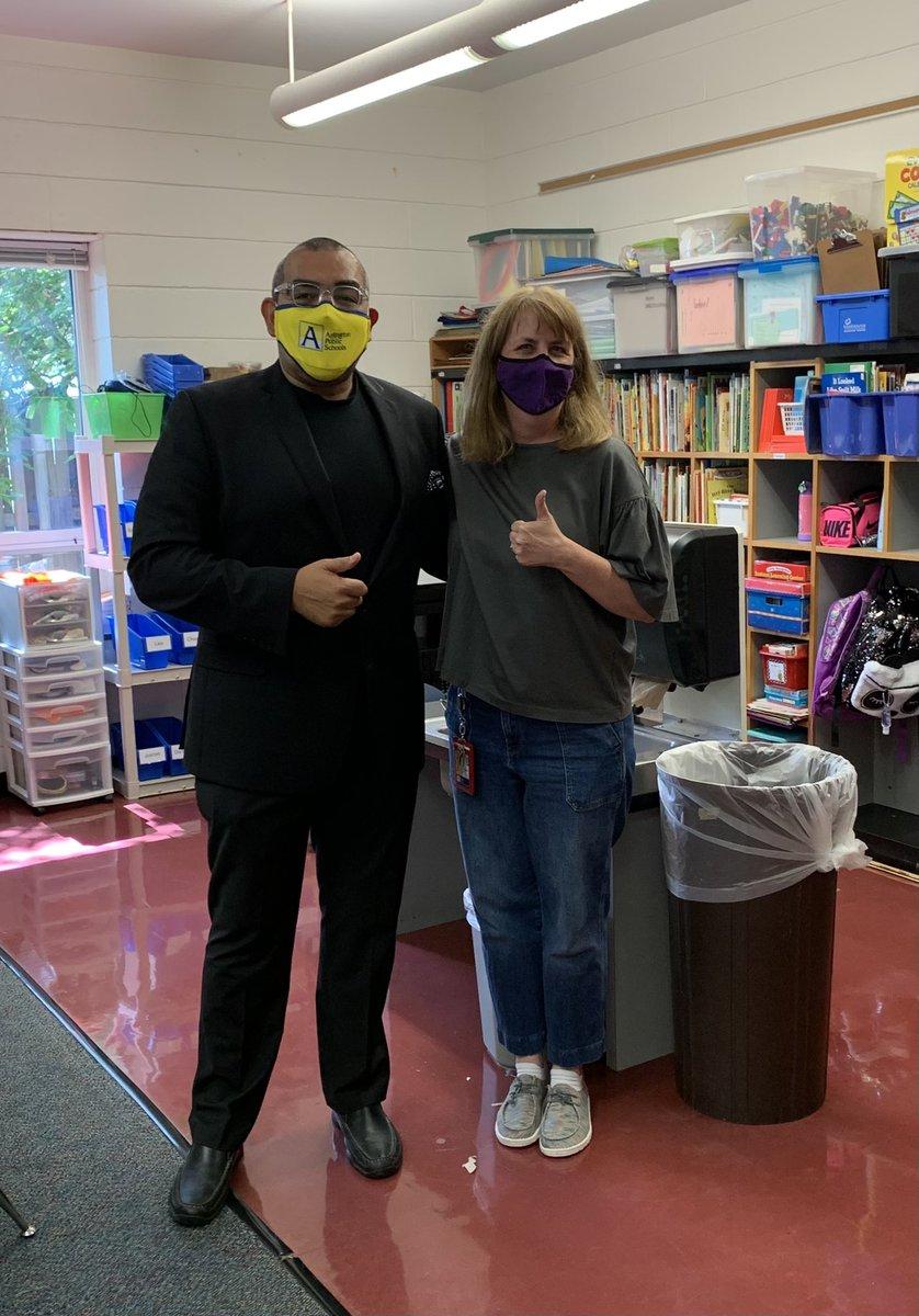O Dr. Duran visitou nossa classe do jardim de infância no primeiro dia de aula! Ele observou nossos alunos limparem tão rápido! #APSisAwesome #KWBPride https://t.co/fHeBY87qcJ