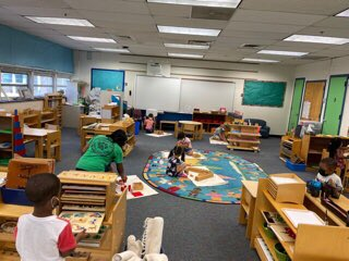 Ich bin froh, wieder im Montessori-Klassenzimmer zu sein #APSBack2School #kwbpride @BarrettAPS @APS_EarlyChild https://t.co/WcVZ2tj2IJ