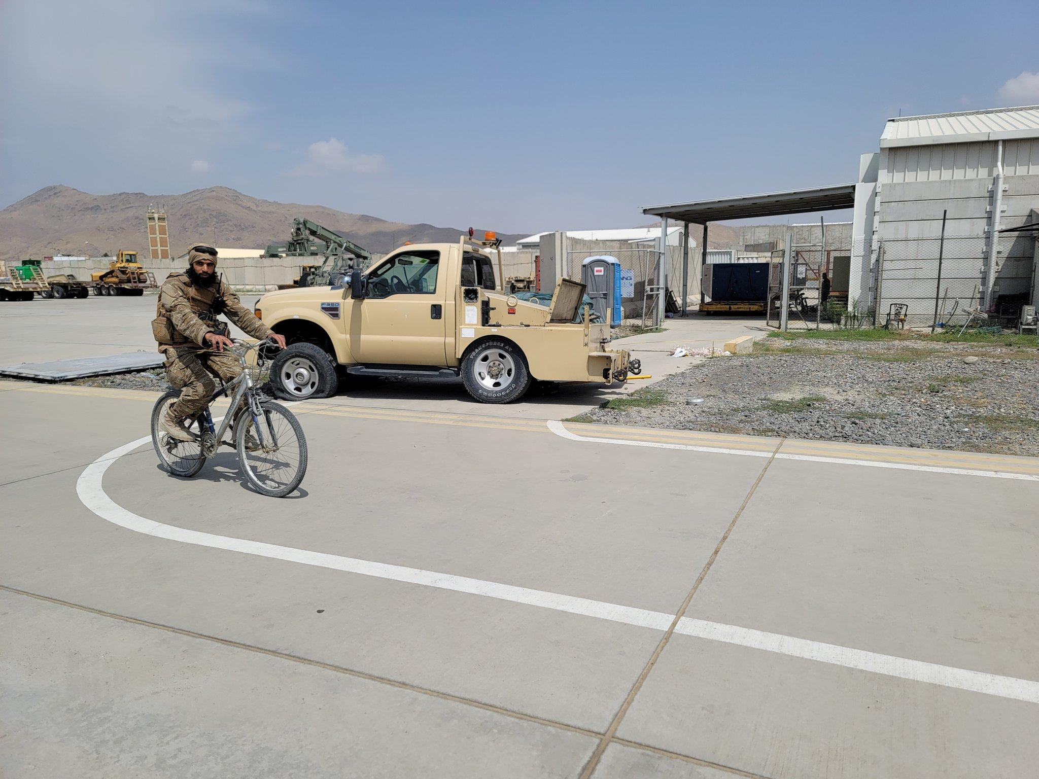האמרקאים השקיעו באפגניסטאן 2.3 טרליון דולר-הם נטשו מסוקי קרב מטוסים רבים בתוך אפגניסטאן כולל ציוד צבאי רב E-GW2OzWUAAav5I?format=jpg&name=large