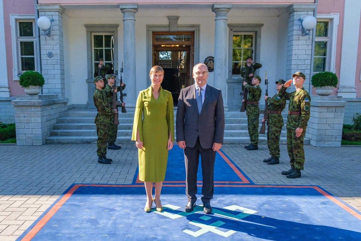 Estonia's sitting president Kersti Kaljulaid met the newly-elected next president Alar Karis.