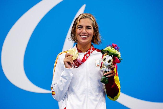 Michelle Alonso muestra la medalla de oro conseguida en Tokio.