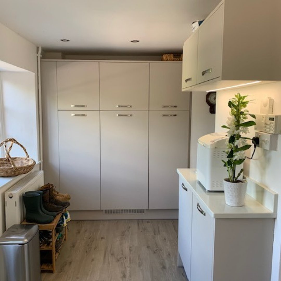 Clever kitchen storage is essential for a small kitchen which is why we have a selection of stand-out storage solutions for small kitchens. . 🏡 Sutton in Heritage Grey