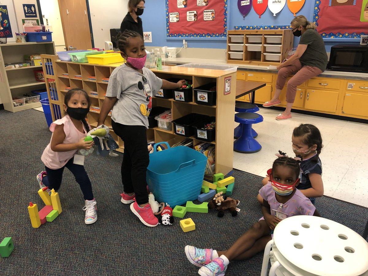 幼兒園兒童很高興探索我們的中心#APSBack2School #KWBPride https://t.co/2IKIJOsCJZ