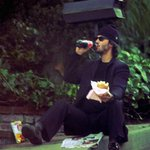様々な善行を重ねながらも?一人飯をするキアヌ・リーヴスの主人公感!
