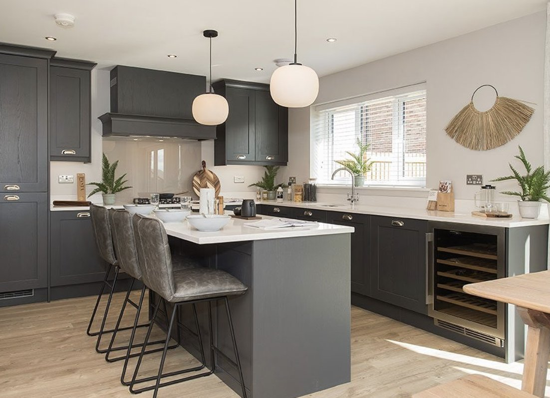 We love this light filled, scandi-chic kitchen that is ready to go for a family breakfast in the morning! It features bit.ly/RoundelKitchens' Hermitage kitchen in Graphite, which contrasts beautifully with @Silestone Blanco Maple