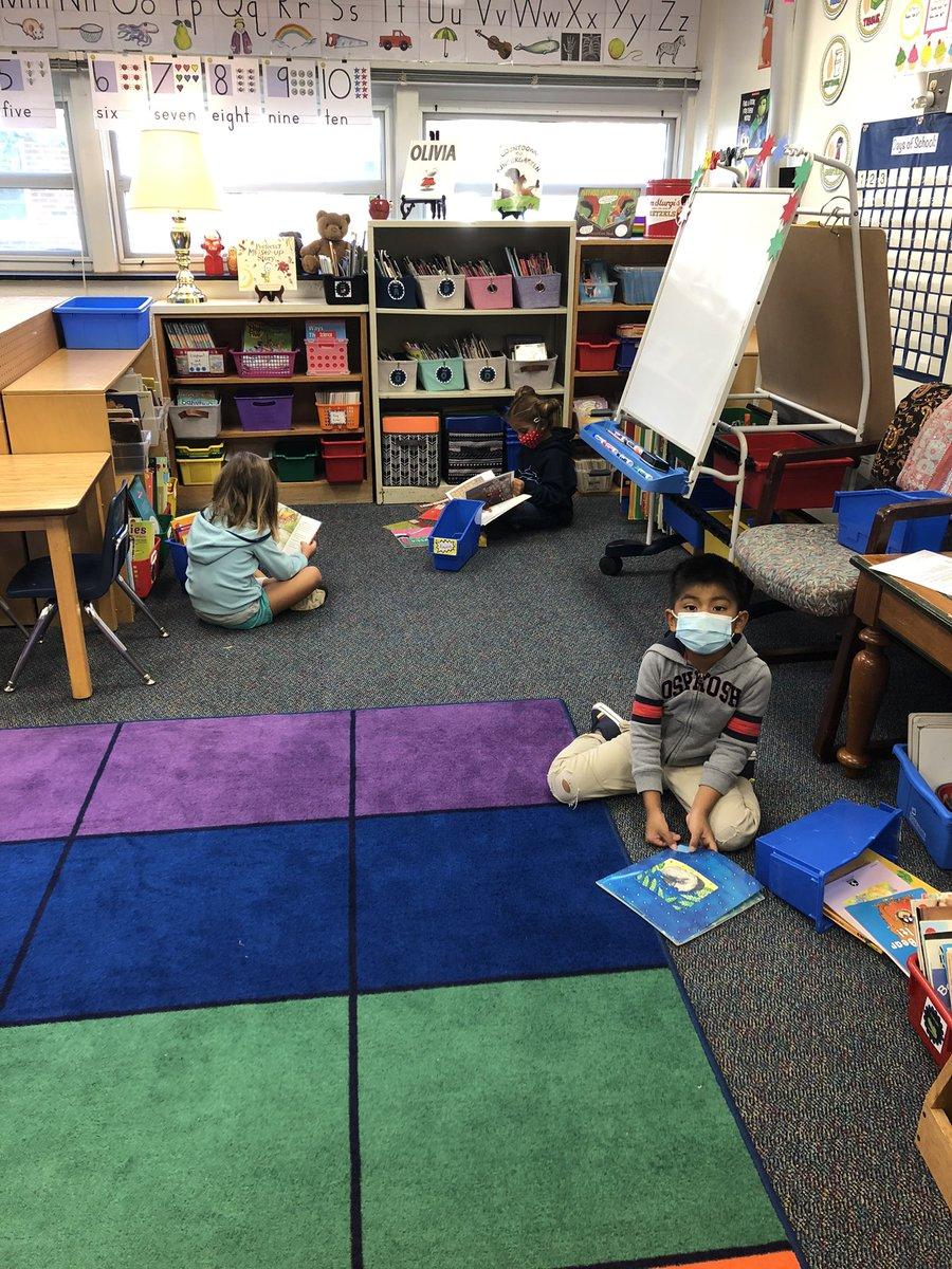 購買書籍並找到我們的閱讀點我們的學生喜歡他們的第一次獨立閱讀時間#APSBack2School #KWBPride https://t.co/ZSpchhxjCz