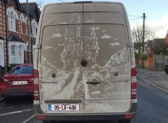 Beynim: Araba arkasındaki tozların üstüne çizilmiş Hogwarts gerçek değildir! Tozların üstüne çizilmiş Hogwarts: