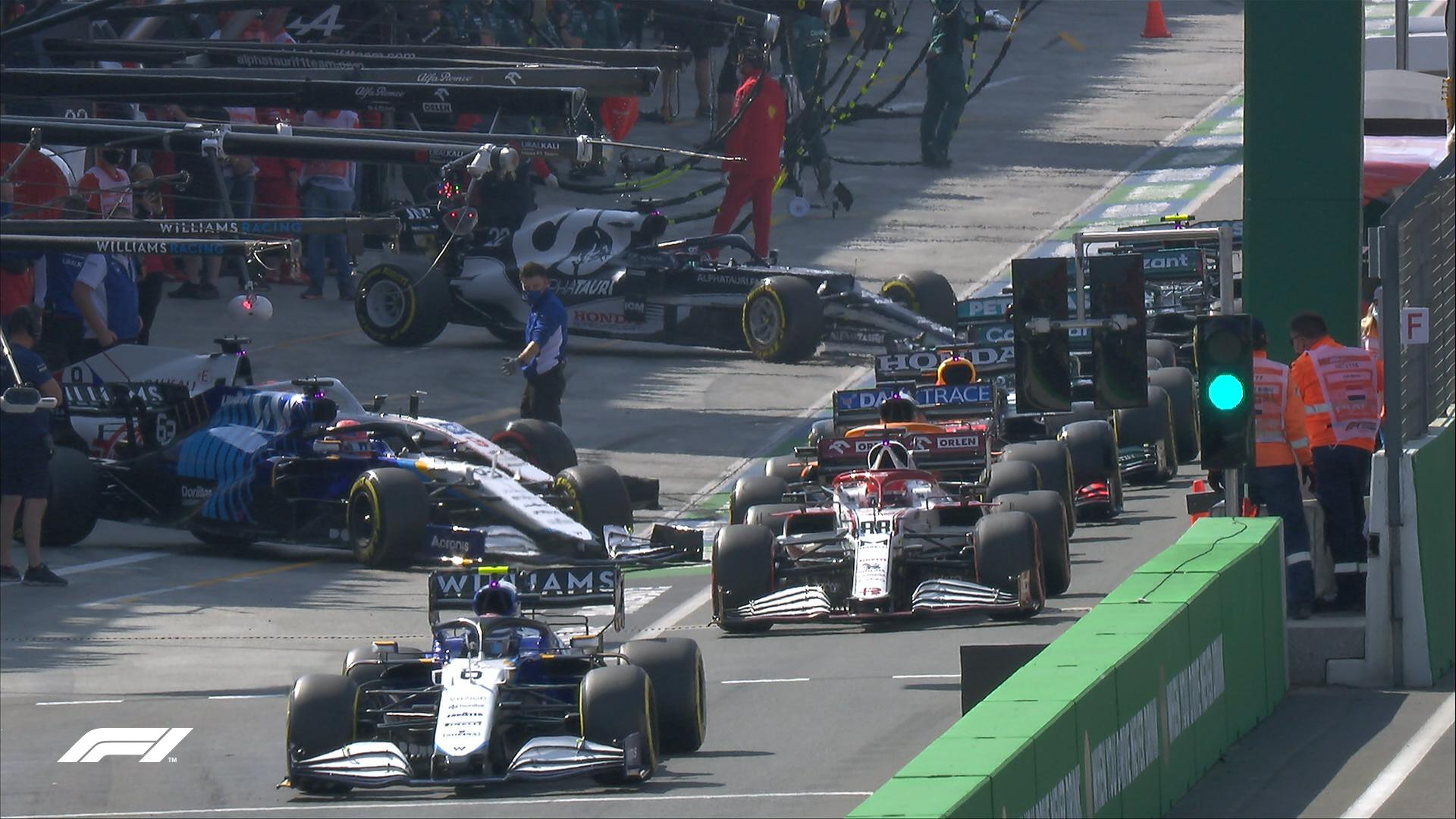 Kierowcy wyjeżdzają na tor po okresie czerwonej flagi podczas FP3 przed GP Holandii