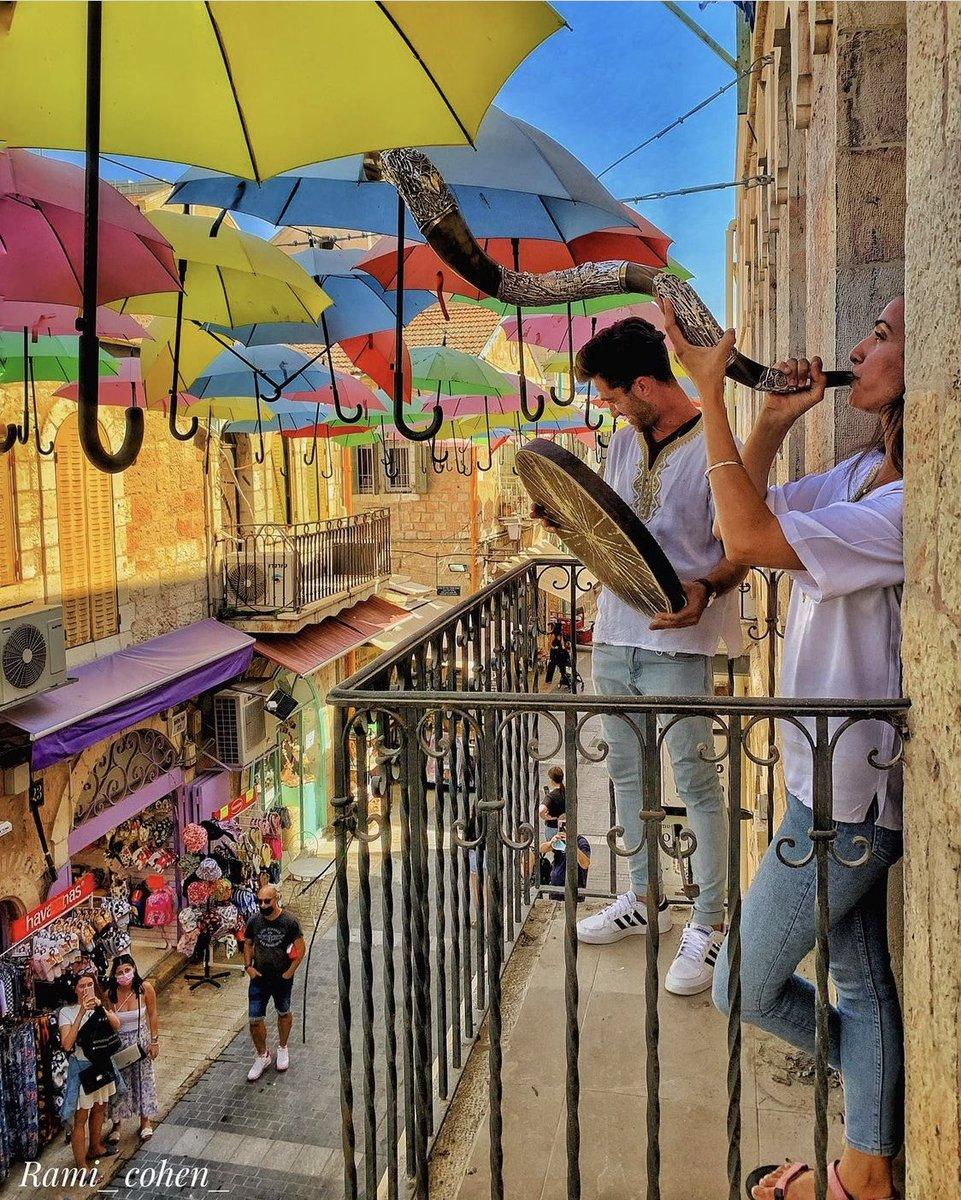 يحتفل اليهود بعيد رأس السنة في بداية السنة العبرية اي في اليوم الاول من شهر تشريه. وتصل صلوات كل…