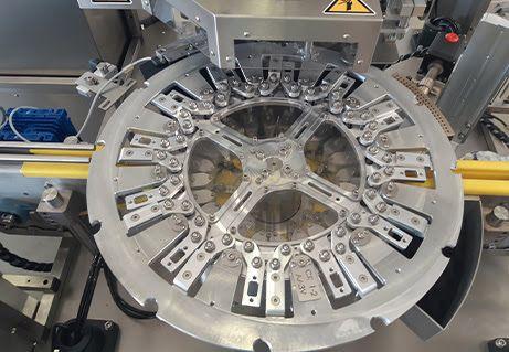 test Twitter Media - Kilka szczegółów technicznych nt, modelu GS 201: --> maszyna rotacyjna, --> odwijak folii i głowica aplikacyjna, --> specjalna gwiazda formatowa do transportu baterii i precyzyjnego ich podawania do stacji aplikującej owijki, --> tunel zgrzewczy. --> Wydajność: 3 600 szt./h. https://t.co/yYtWsgLtcz