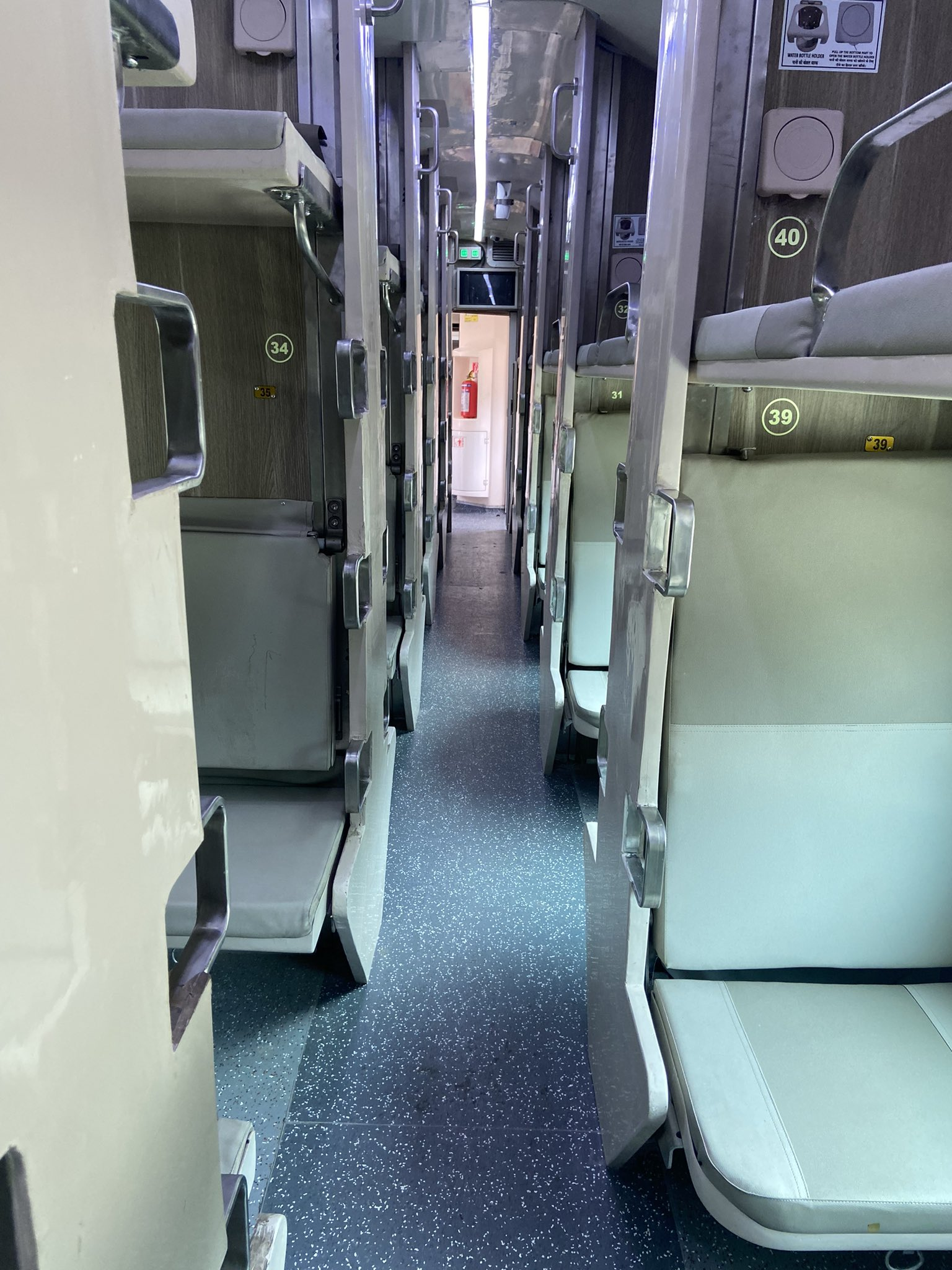 रेलवे के नए 3एसी इकनॉमी कोच ने ट्रेन नंबर 02403 प्रयागराज-जयपुर एक्सप्रेस में आज से अपनी सेवाएं शुरू की