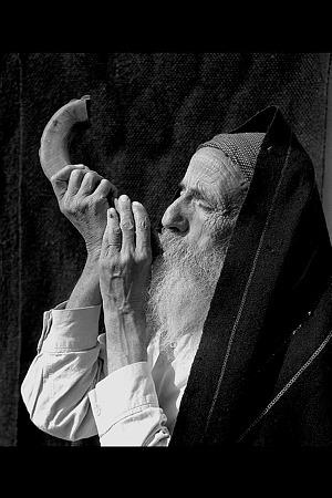 صورة تعود لعام 1947 لمسن يهودي يمني ينفخ في البوق في رأس السنة العبرية. …