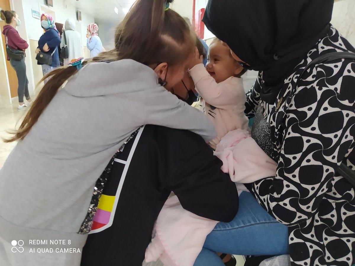 Samsun Gazi Devlet Hastanesi. KBB polikliniği önü.Benimle birlikte sıra bekleyen Afganistanlı Nasibullah etraftaki kem gözlere rağmen çocukları ile sarmaş dolaş.. mutluluğunuz daim olsun kardeşim.