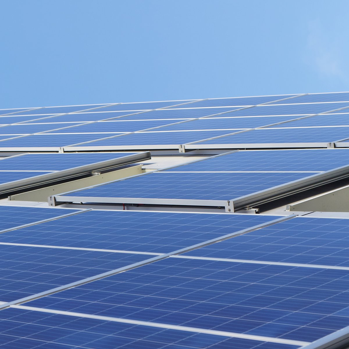Solklara nyheter! Fyra av våra hus i Gråbo, Göteborg, ska få nytt tak med solpaneler. Solcellerna väntas producera ca 130 000 kWh årligen, vilket motsvarar ungefär 30 procent av områdets totala elförbrukning. https://t.co/hz8szSb5Ll https://t.co/mDnDMlVGCJ