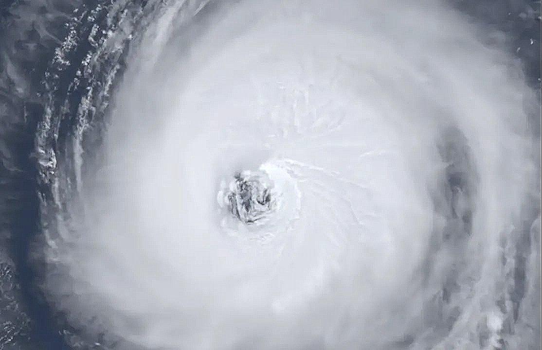 Impressionnante vue de l'intérieur de l'œil de #Larry ce jour. Son diamètre est de plus de 100km ! #hurricaneLarry