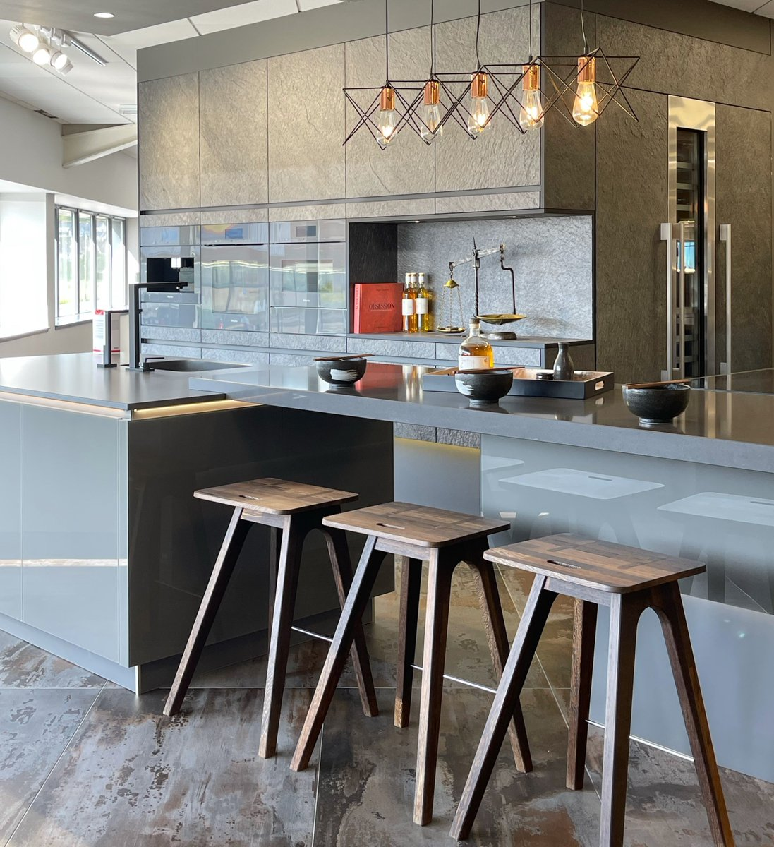Silestone Marengo worktops and carbon neutral Dekton Trilium flooring complement each other perfectly in this stunning kitchen where metallic and wood textures meet. Thanks for sharing bit.ly/LaingsKBB