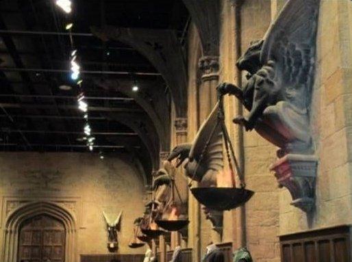 Büyük Salon'un meşale tutucularının her biri dört bina hayvanlardan birinin oymasıdır.