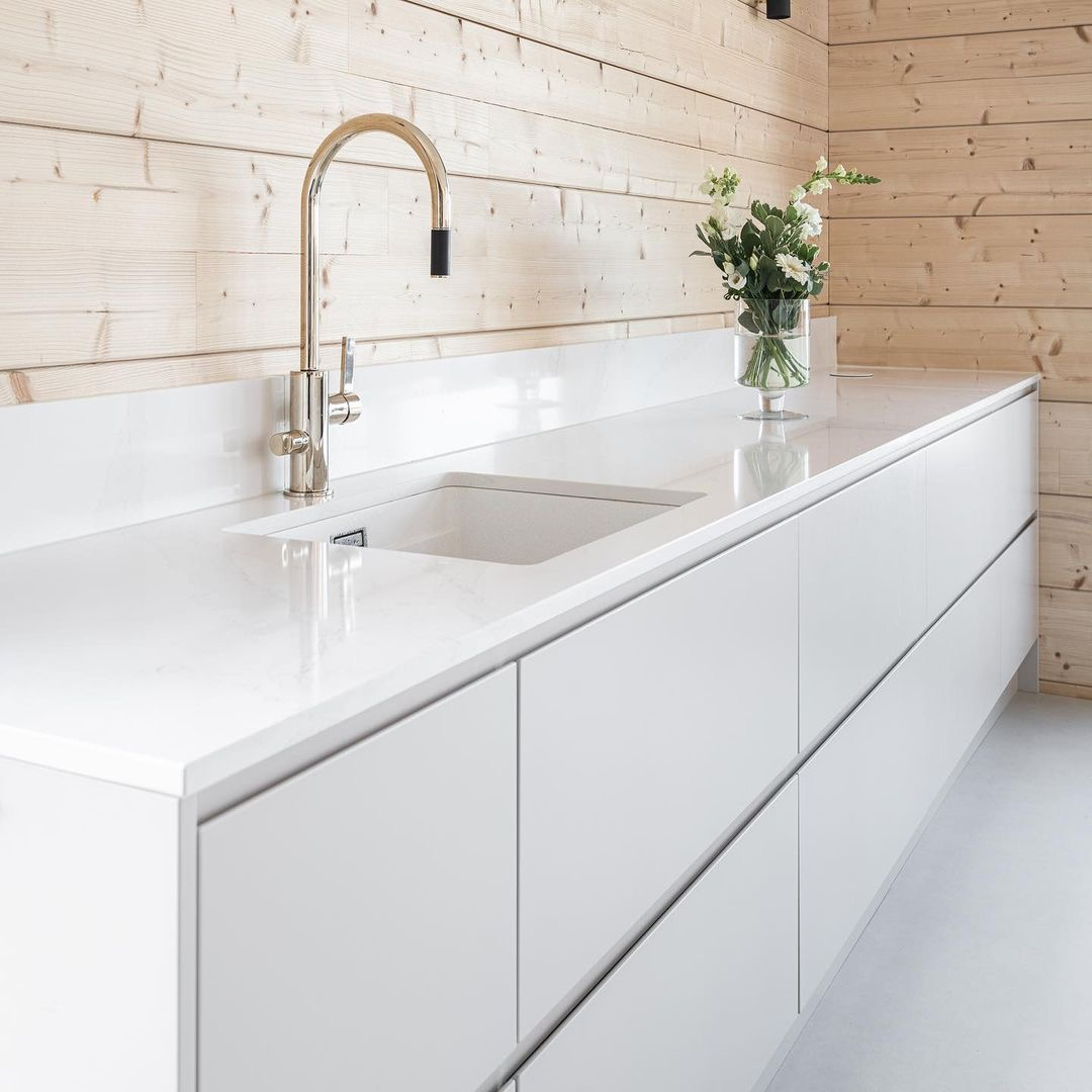 Less is more. This is the perfect title for this photo. A Scandinavian style kitchen with #Silestone Calacatta Gold countertops that doesn´t anything else to shine. What do you think about the #kitchen design? 💡 bit.ly/38AtLlp #Retail