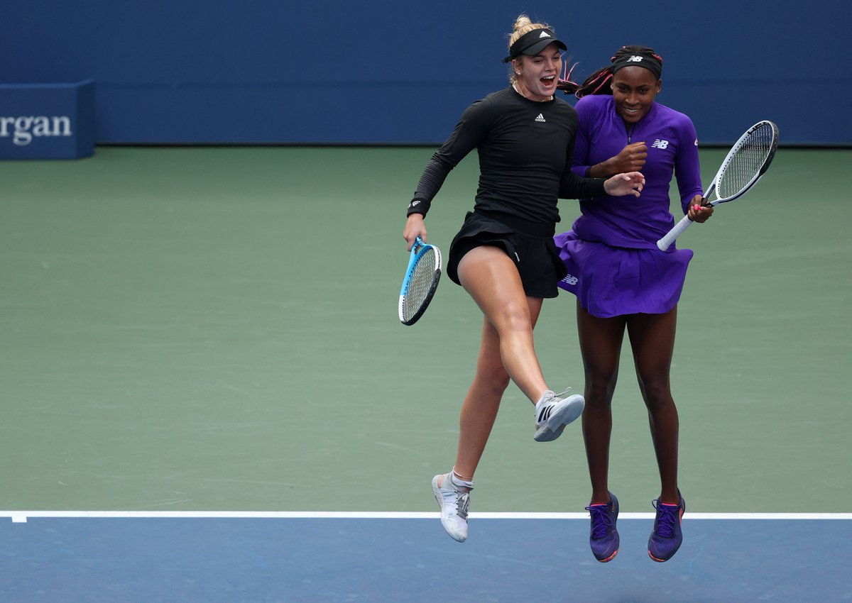 Jumping into the doubles semifinals 👯♀️ @CatyMcNally and @CocoGauff take out the No.1 seeds Hsieh/Mertens, 6-3, 7-6(1)! #USOpen