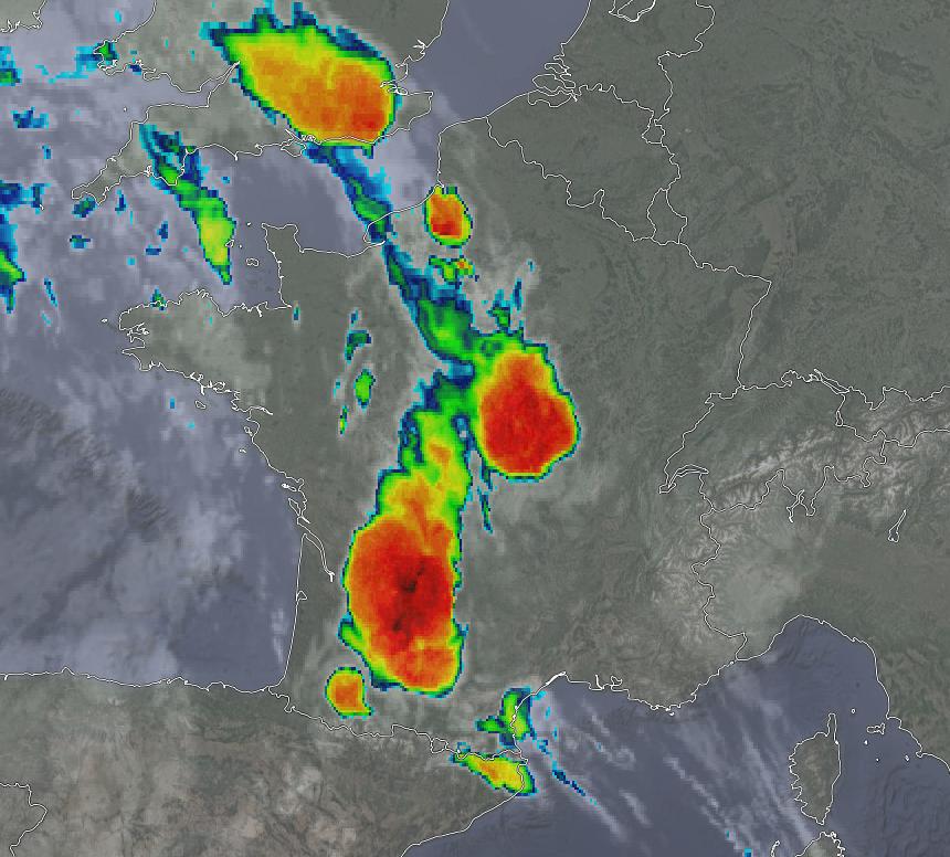 Vu du satellite, le système orageux peu mobile à l'origine des #pluies diluviennes sur #Agen #Aquitaine présente des sommets pénétrants très froids (-69°C, en teintes sombres): signature caractéristique des #orages intenses et de leurs colonnes convectives les plus virulentes.