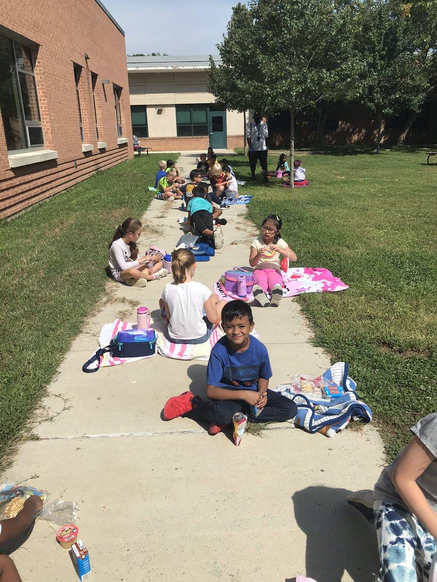 Schauen Sie sich all diese Sonnenbabys an, die heute das Mittagessen genießen! ☀️ https://t.co/FgLvyYLY69