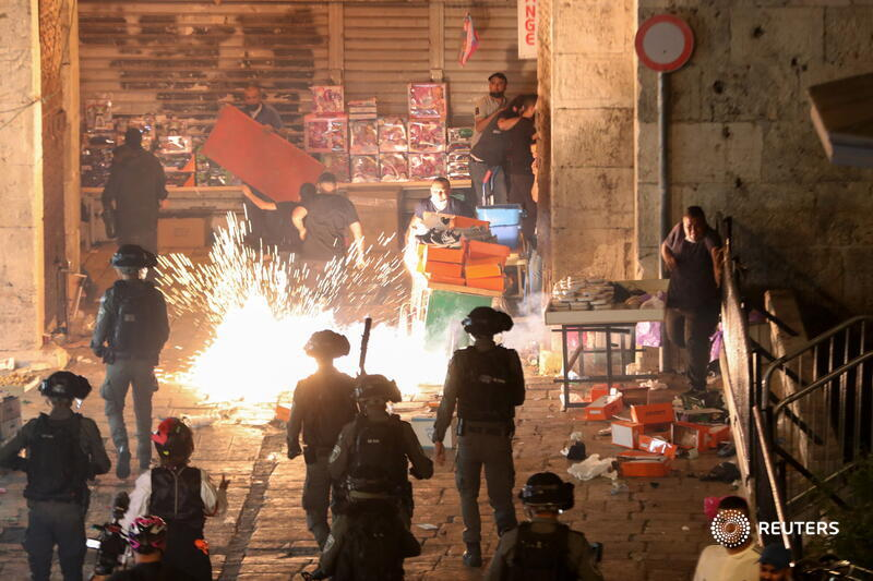 Clashes erupted between Palestinian protesters and Israeli police outside the Old City of Jerusalem as tens of thousands of Muslim worshippers prayed at Al-Aqsa Mosque on Islam's holy night of Laylat al-Qadr. More photos: https://t.co/3Ew0FEwHQ7 https://t.co/i7ySSs2tco
