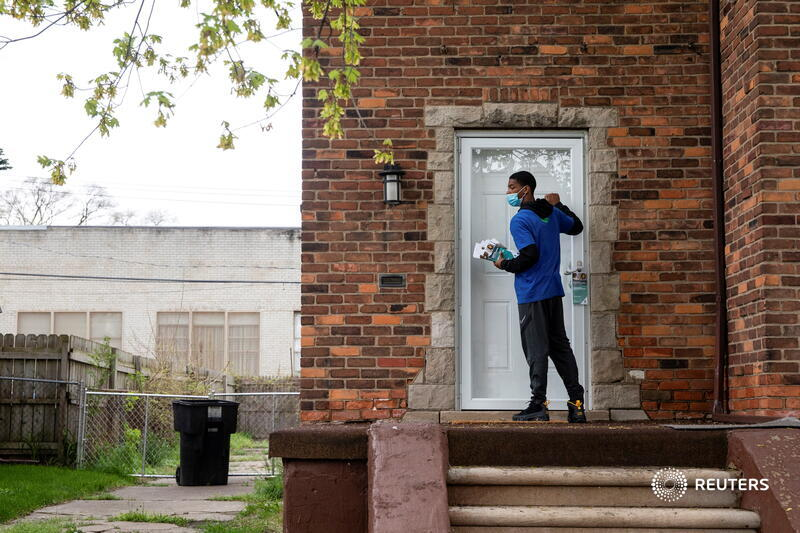 Sirgregory Allen from Better Men Outreach knocks on doors to provide COVID vaccination information and answer questions related to hesitancy in Detroit. More photos of the week: https://t.co/hqrWsOQEE3 📷 @emily_elconin https://t.co/vt4l7Z189H