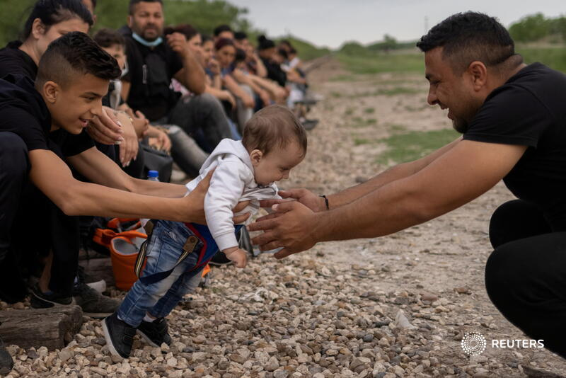 Eryko, a 6-month-old asylum-seeking migrant from Romania, learns how to walk with the help of his family, as they wait to be transported to a U.S. Border Patrol facility after crossing into the U.S. from Mexico. More photos of the week: https://t.co/oGskie3eJ6 📷 @adreeslatif https://t.co/DPbvN4Az0j