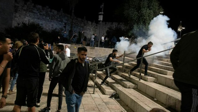 Palestinians, Israel police clash at Al-Aqsa mosque; dozens hurt Photo