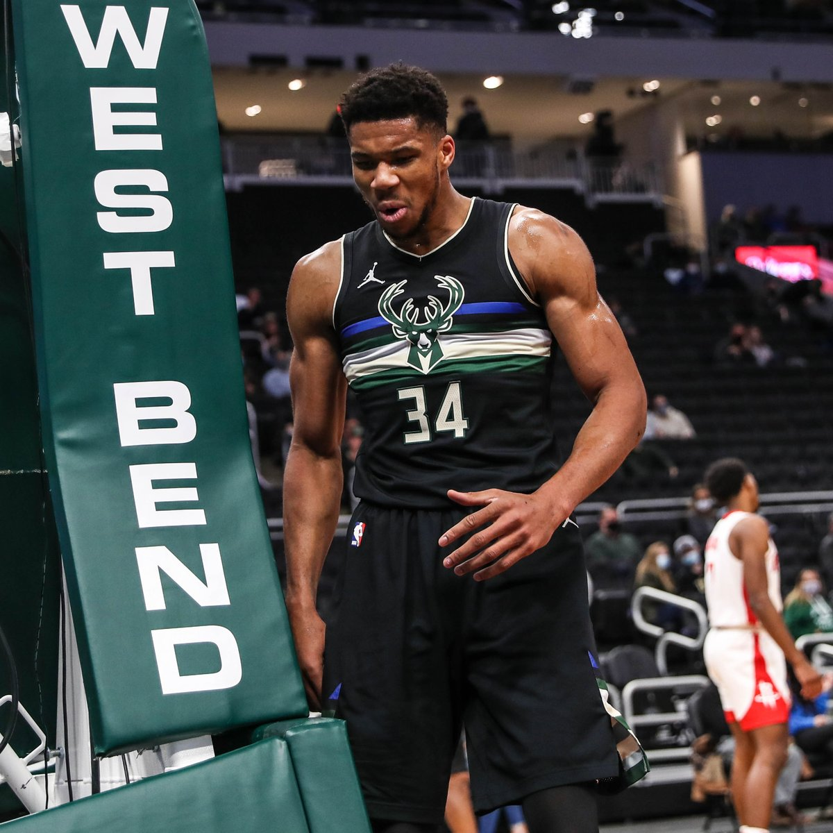 The Greek Freak with another double-double:  17 PTS | 11 REB | 7 AST | 8/11 FG https://t.co/C0SxYlyYzi