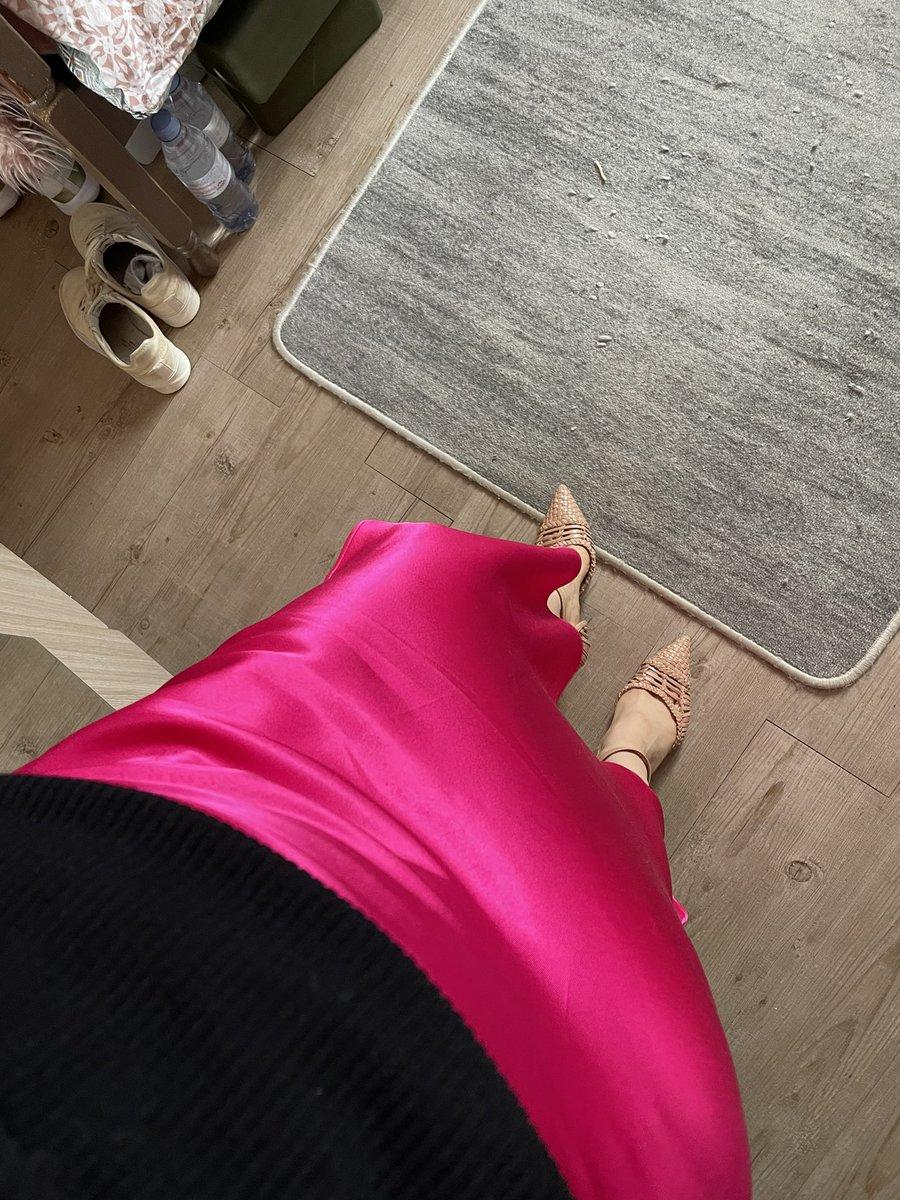 Pink satin dress today #fashion #lookoftheday https://t.co/feHZpzSUyF