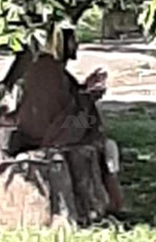 Se apareció ayer en #Palmira Colombia 🇨🇴 sólo le dijo al policía que tenía sed y le dio agua luego se esfumó, el policía dijo que no lo vio como en la foto.   La foto la tomó una mujer que le pareció raro  Cuestión de fe, tú qué piensas❓ https://t.co/zd3PisOBPO