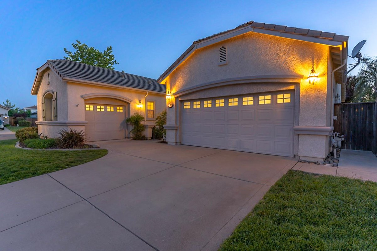 Finally - open the door to a place you and your family will love to call home. #newhome #homesforsale  https://t.co/blGi0zIcpz https://t.co/b86uEe9cVs