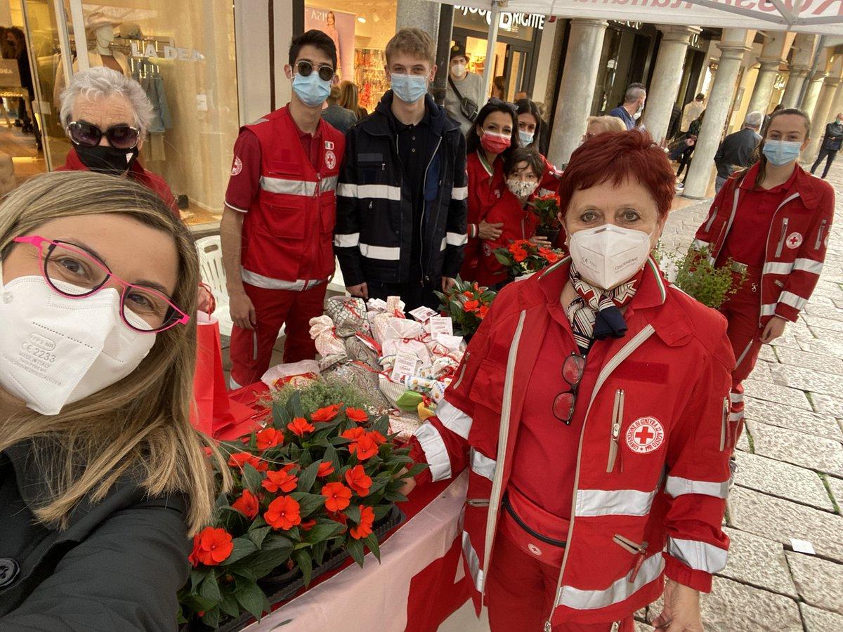 A #Varese un saluto ai volontari della @crocerossa. Una meraviglia vedere tanti giovani impegnati, gentili, con il sorriso. Il modo migliore per festeggiare la giornata mondiale #CroceRossa e #MezzalunaRossa https://t.co/iWkGq1vliJ