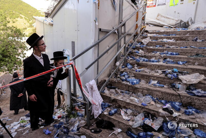 Ultra-Orthodox Jews look at stairs where at least 45 people were crushed to death at an overcrowded religious festival in Mount Meron, Israel. More photos of the week: https://t.co/RxNnhBsx8O 📷 Ronen Zvulun https://t.co/4BvcnCCIgn