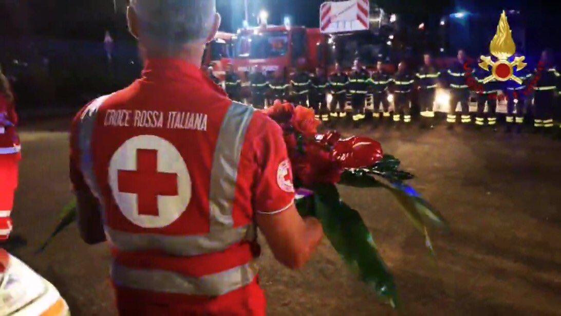 Uniti e sempre pronti ad aiutare chi ha bisogno, soprattutto durante questo lungo anno di emergenza #covid. #8maggio, Giornata mondiale della #CroceRossae #MezzalunaRossa  #inarrestabili @crocerossaitaliana #vigilidelfuoco https://t.co/yTkL0N7f0Y