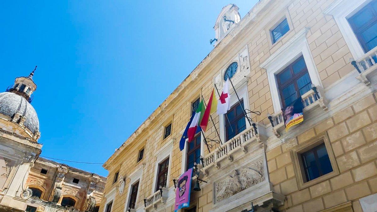 Oggi è la Giornata Mondiale della #CroceRossa e della #MezzalunaRossa. Per l'occasione il Comune di Palermo ha esposto la nostra bandiera, consegnata e presa in consegna dal Sindaco Leoluca Orlando. #UnItaliacheAiuta #inarrestabili #iltempodellagentilezza #ovunqueperchiunque https://t.co/b7y9glpWDc
