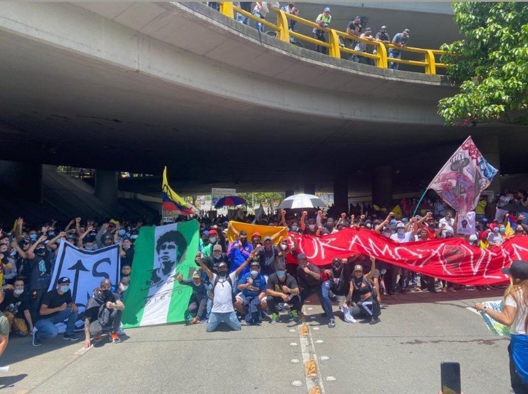 RT @Comunicpopular_: El Diego es bandera en las movilizaciones en Colombia😍 https://t.co/fx66TrPwZp
