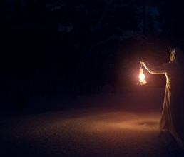 Por las noches, el único brillo era el de su lámpara. Apenas un resplandor en la oscuridad agobiante del hospital.  Y en ese silencio negro, solo interrumpido por la queja de algún enfermo o el eco del fuego enemigo, estaba ella. La que salvaría miles de vidas gracias a una rosa. https://t.co/hQor7ealj0