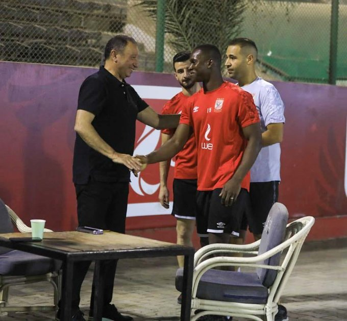 الخطيب يساند لاعبي الأهلي في مران الفريق