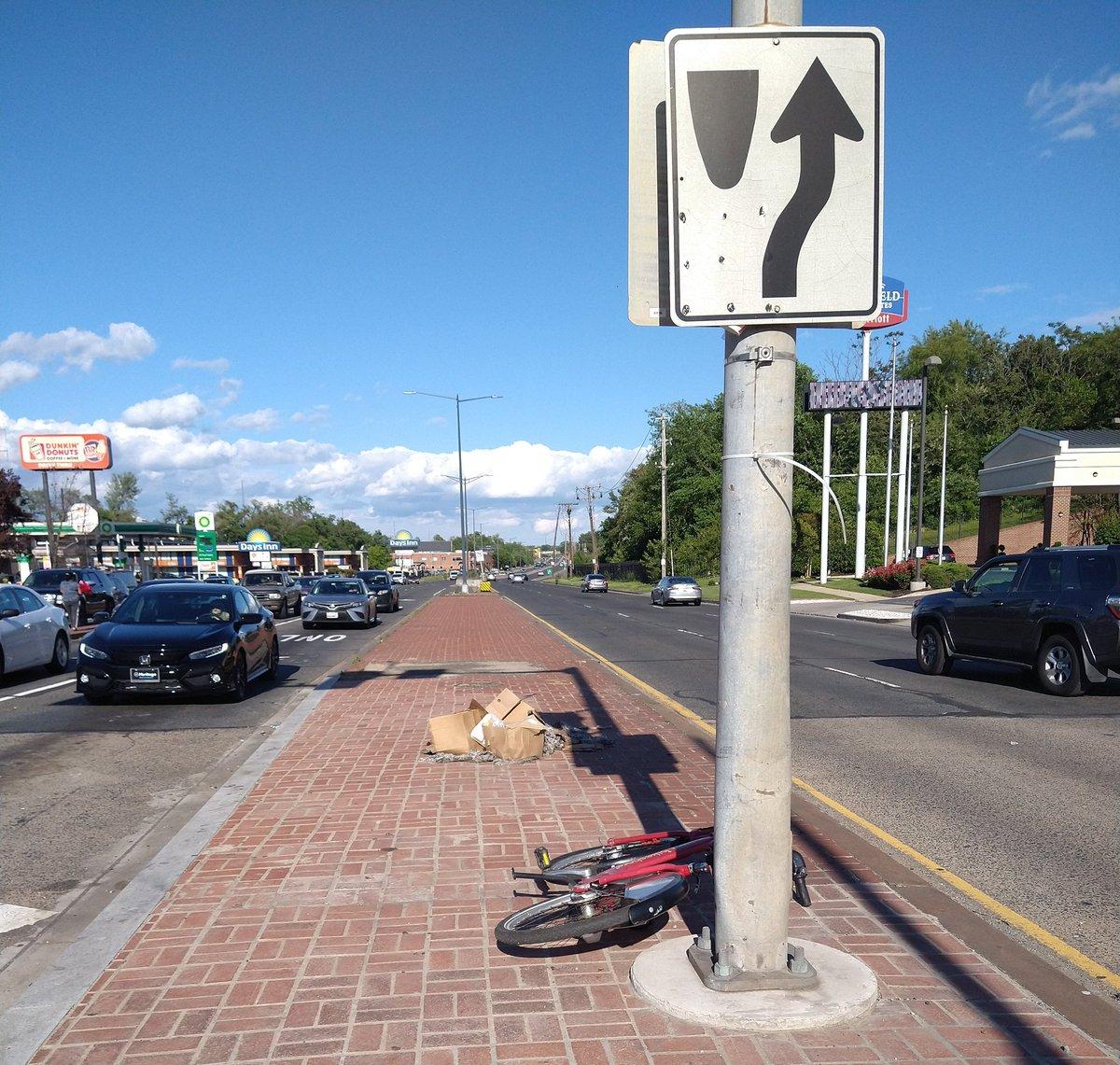@bikeshare apparently abandoned bike, NY Ave NE on the median just east of Bladensburg Rd NE. https://t.co/hgeNBrBypE