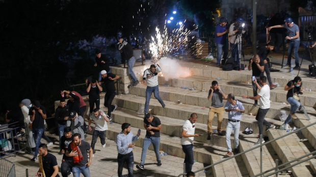 Beefed-up Israel police clash with Palestinians in Jerusalem Photo