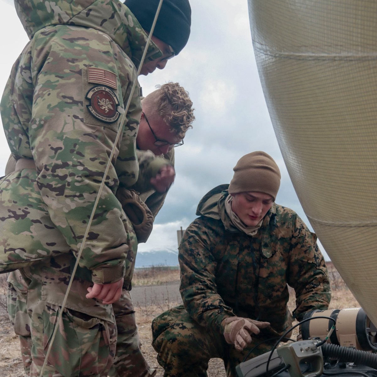 U.S. Marines and Airmen work together to test frequencies with a spectrum analyzer in support of #NorthernEdge21.   #OneTeamOneFight #Joint #StrongerTogether  @USMC @usairforce @PACAF @INDOPACOM @PACAF https://t.co/mYMT0spN3d