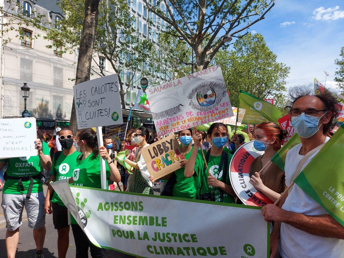 We joined demonstrators today in #Paris to demand that @EmmanuelMacron takes more action on #climatechange 🌎 Nous avons rejoint cet après-midi les milliers de participant(e)s à la #MarcheClimat 🌱 parisienne #LoiClimat ⚖️ #PlusJamaisCa 📷 via @OxfamFrance